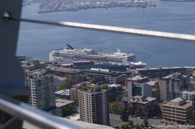 The Norwegian Pearl as viewed from the Seattle Space Needle.jpg